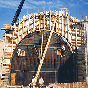 Construction of concrete arch with HDO plywood, Washington State History Museum